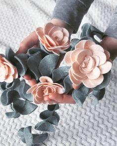 Felt eucalyptus garland with some blush pink flowers... Looks beautiful! #eucalyptus #inspiredbynature #eucalyptuswedding #pursuepretty #ccseasonal #easterdecor #abmlifeiscolorful #mothersday2018 #handmadehome #leafgarland #greenerygarland #etsylithuania #feltflowers #garland #babynursery #weddinginspiration #handmade
