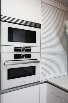 Columna horno/microondas en blanco. Persiana en blanco. Kitchen Appliances, Ideas, Design, Jalousies, Microwaves, Renovation, Kitchens, Columns, Kitchen Stove
