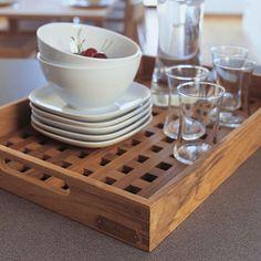 Stilvolles Serviertablett aus hochwertigem Teak- oder Eichenholz für den flexiblen Einsatz im Innen- und Außenbereich