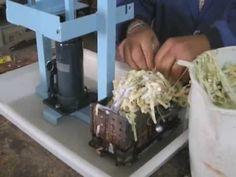 Maquina para facer briquetas de papel. Un modo de desfacerse de documento que xa non valen, e o mesmo tempo reciclar converténdos en calorías para unha chemi...