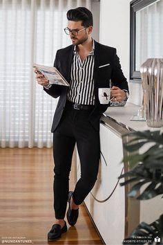 Erfahre welche Teile dazu passen! Business Casual Outfit für Männer. Smarter Look mit Anzughose, Hemd im Streifenmuster, Sakko und Slipper. Ein Herrenoutfit im modernen Stil, passend für die Arbeit. Outfits für Männer mit passenden Teilen bei Favorite Styles. #favoritestyles #mode #fashion #outfit #männer #herren #style #stil #männermode #herrenmode #mensoutfit #mensfashion #ideen #inspiration #casual #business #smart #elegant #arbeit #schwarz #gestreift #streifen #anzug #schwarz #weiss