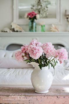 decoración jarra con flores