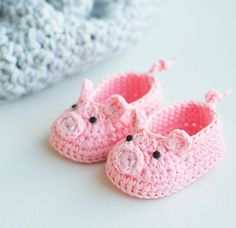 Crochet Amigurumi Ideas Hello my lovely crocheters! Last week I posted a pattern for crochet amigurumi toy Piggy Bella (you can find the pattern HERE) and I liked the idea so much that I've created a pair of piggy booties. Booties Crochet, Crochet Baby Shoes, Crochet Baby Clothes, Crochet Slippers, Cute Crochet, Crochet For Kids, Crochet Crafts, Knit Crochet, Newborn Crochet