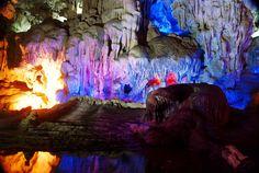 La grotte Thien Cung ou la Grotte du palais céleste avec des stalactites et des stalagmites étonnantes