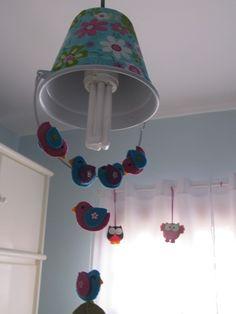 Baldinho que virou lustre revestido de tecido e passarinhos em feltro quarto Cecíia
