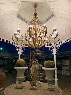 #gardendecor #gardeninspiration#house #casa #jardin #design#designinspiration #designs#furniture #furnituredesign Italian Country Decor, Chandelier, Ceiling Lights, Lighting, House, Design, Home Decor, Candelabra, Decoration Home