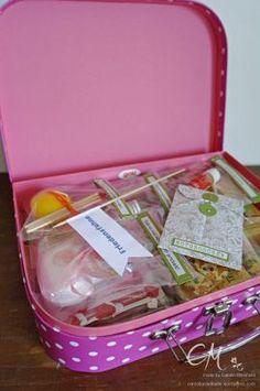 Das Hochzeitsgeschenk - ein kleiner Ehe-Notfall-Koffer gefüllt mit verschiedenen kleinen Helferlein für alle Lebens/Ehesituationen und natürlich einem Notgroschen.