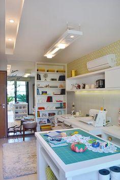 Lindo atelier de costura e artesanato com muitos itens de decoração coloridos, recorte no gesso com bastante iluminação.