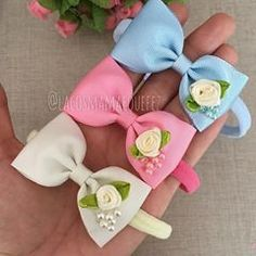 No photo description available. Ribbon Hair Bows, Diy Hair Bows, Bow Hair Clips, Baby Girl Bows, Girls Bows, Ribbon Crafts, Fabric Crafts, Felt Flowers, Fabric Flowers
