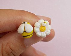 Bee earrings, Daisy Earrings, Polymer clay flower studs, Handmade bee and daisy jewelry gift Christmas Gift