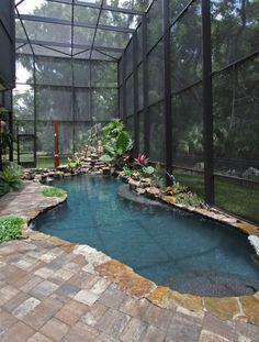 überdachter Gartenpool mit Natur-Look, Wasserfall-Effekt und Bepflanzung