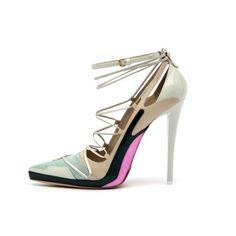 JIL SANDER by Raf Simons >  2012 F/W >  미니멀리즘을 가장 강력하게 표현하는 질 샌더   쇼는 50년대 후반의 꾸띄르 느낌을 풍기는 연한 핑크, 그레이, 그리고 핑크의 더블코드로 시작, 복잡하지만 파우더리한 컬러 드레스와 니트는 시각적으로 명랑한 톤과 텍스쳐를 보여준다. 전체적으로 로맨틱과 미니멀의 아름다운 조합으로 이루어진 질샌더의 무대였다.  현재 질샌더의 수석디자이너는  Raf Simons, 그는 이번 f/w컬렉션을 끝으로  Dior의 수석디자이너로 들어가게 된다. > Published by www.notbooth.com