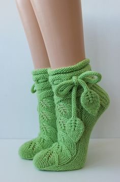Ravelry: K-Kristiina's Leaf Socks – Knitting patterns, knitting designs, knitting for beginners. Knitted Slippers, Knit Mittens, Knitting Socks, Hand Knitting, Crochet Socks Pattern, Crochet Shoes, Knit Crochet, Crochet Patterns, Knitting Patterns