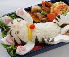 Cute bento boxes and sushi plates are popular in Japan and are becoming more common in America. These pictures of cute bento boxes are too cute to eat! Especially in a form of a cat Arte Do Sushi, L'art Du Sushi, Sushi Cat, Kid Sushi, Cute Bento Boxes, Bento Box Lunch, Bento Food, Lunch Boxes, Food Food