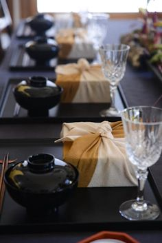 Japanese Bento Lunch style elegant private dinner business event or corporate event can include a beautifully curated Asia themed tabletop. Japanese Table, Japanese Party, Japanese Dinner, Japanese Food, Lunch Table Settings, Japanese Lifestyle, Sushi Party, Dinner Party Menu, Table Top Design