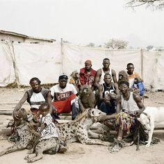 El fotógrafo Pieter Hugo viajó hasta la provincia de Lagos, en Nigeria, y capturó unas impactantes imágenes de una tradición de los habitantes: vivir con hienas..