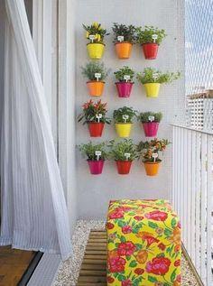 Colorido balcón con pared llena de macetas.