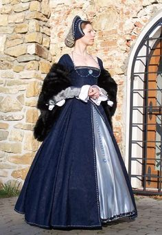 Tudor gown             Second version of the costume. Main changes were done on the sleeves but still without kirtle and smock. And how what was the origin of this dress? Take look to the next page.