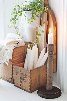 Recycling and up-cycling has become such an immense trend in the DIY world, filled with creative ingenious ideas to surge inspiration from. Today we are tackling the diy crate crafts area with 13 c… Crate Crafts, Diy Crafts, Diy Wall Decor, Diy Home Decor, Deco Boheme Chic, Vibeke Design, Diy Art Projects, Wooden Crates, Pallet Crates