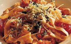 Pasta med kalkun og tomat Pasta med kalkun og tomat giver en lækker pastaret der er nem og hurtig at tilberede. Glæd dig til at afprøve denne opskrift med magert kalkunbryst, saftige cherrytomater og frisk pasta.