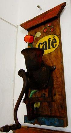 Painel Café em madeira demolição, com moedor em ferro antigo e caneca esmaltada antiga. esta peça mede 70 cm de altura e 30 cm de comprimento. R$285,00