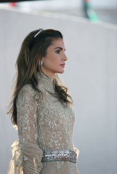 Queen Rania of Jordan during a ceremony to make Anniversary of His Majesty King Abdullah's accession to the Throne. Very nice picture for Queen Rania. Jordan Royal Family, Queen Rania, Queen Letizia, Estilo Real, Glamour, Royal Fashion, Style Icons, Beautiful People, Ideias Fashion