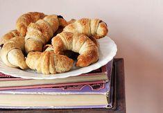Rohlíčky s čokoládovo-švestkovou nutelou | Veganotic Vegan Breakfast, Bagel, Apple Pie, Bread, Sweet, Desserts, Recipes, Food, Hedgehogs
