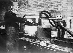 Henri Moissan dans son laboratoire travaillant sur la synthèse des diamants.