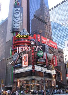 Hershey's chocolat store on Time Square NY. Note: there's another famous chocola. - Hershey's chocolat store on Time Square NY. Note: there's another famous chocolat store across - Hershey Store, Hershey Park, New York Shopping, Central Park, Times Square New York, I Love Nyc, Lower Manhattan, Manhattan Nyc, New York City Travel
