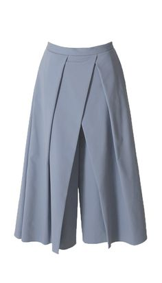 Cleanly cut with an origami-style pleated front, these cotton blend culottes are a new take on a classic. The elevated silhouette will easily take you from work to a night out. Wear yours with your favorite cropped top to epitomize the silhouette of th Skirt Pants, Trouser Pants, Pants Outfit, Fashion Pants, Hijab Fashion, Fashion Dresses, How To Style Culottes, Black Culottes, Hijab Stile