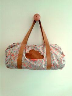 Sac polochon en tissu enduit fleuri pastel et coton caramel, sac de sport, de voyage ou sac à langer!