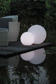 Schlicht & zugleich edel wirken die LUMENIO LED Kugeln als Beleuchtung im Garten & auf der Terrasse.