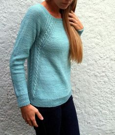 Knitting Patterns Ravelry Caroline by Amy Miller. This one's all in the details — Simple cables outlining fluid tex. Love Knitting, Sweater Knitting Patterns, Knitting Stitches, Knit Patterns, Hand Knitting, Knitting Sweaters, Stockinette, Pulls, Tuto Tricot