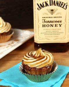 Jack Daniels Honey Whiskey Cupcakes with a Bourbon Drizzle by Creative Culinary are really boozy cupcakes made for a birthday celebration. These tasty cupcakes Whiskey Cupcakes, Honey Cupcakes, Jack Daniels Cupcakes, Jack Daniels Cake, Cupcakes With Alcohol, Samoa Cupcakes, Drunken Cupcakes, Jack Daniels Party, Jack Daniels Birthday