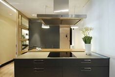 En otros casos, se crea una isla como apoyo de la placa, pero para que esta función no sea única, convierten este elemento en un mueble capaz de almacenar utensilios y menaje de cocina.