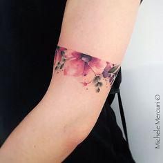 Tatuagem feita por Michele Mercuri  da Itália.    Bracelete de flores coloridas. #beautytatoos