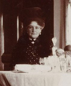 aw-laurendet:  A happier looking Empress Alexandra Feodorovna of Russia.