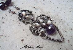 Shaiya- náhrdelník s náušnicemi. Náhrdelník z postříbřeného drátu drátovaný technikou wire-wrapping. Zdobený brioletkoua rondelkami ametystu a drobnými říčními perlami. V sadě s jednoduchými náušnicemi z ametystových brioletek s ozdobnou bižuterní puzetou.