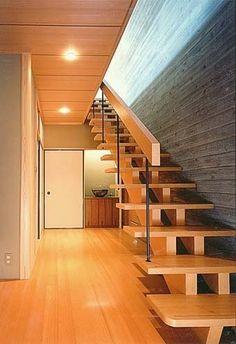 茶室のあるRC住宅(建築家:太田 照己)- 建築作品写真:打ち放しコンクリート仕上げです。和風の強調のため型枠は600巾のパネルと杉板の本実加工した物を使っています。また黒く仕上げた杉板を眼に近い部分に張っています。These stairs look like stacked geta to me.