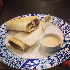 """Casa Cury o que é: restaurante árabe onde: rua apinajés, 597 quanto: porções e pratos custam de r$ 10 a r$ 30 é bom porque: é um restaurante árabe com clima de bistrô, bonitinho e aconchegante. os pratos são baratos, muito bem feitos, e """"o falafel (r$ 18) e o shawarma (r$ 18) são fora do comum"""", avisa a amiga. serviço: aberto de quarta à sexta das 17h às 23h, aos sábados e domingos das 12h30 às 18h dica de: taís porto #sphonesta"""
