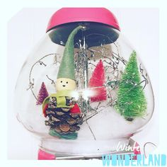 Elf goes to New York bubble gum machine snow globe.