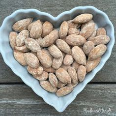 Salted almonds are the perfect LCHF-snack. Few carbs, healthy fats and some of the much needed salt! Homemade Sweets, Homemade Candies, Tapas, Kids Cooking Recipes, Snack Recipes, Yummy Treats, Yummy Food, Tiny Food, I Love Food