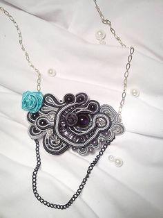 Soutache náhrdelník na retiazke v čierno-striebornej farbe s malou tyrkysovou ružičkou.