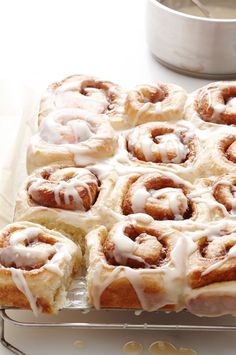 Easy Cinnamon Rolls (Sticky Buns) Ingredients ½ stick margarine or butter ½ c. brown sugar ½ c. water ½ c. cinnamon 2 can refrigerated regular or buttermilk biscuits Brunch Recipes, Dessert Recipes, Dessert Ideas, Scone Recipes, Baking Desserts, Pudding Recipes, Bread Recipes, Crockpot, Healthy Brunch