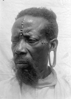 """Denge frère du chef Monga"" | ""Denge brother of the Monga chief."" Bas-Uele, Uele, Aruwimi & Uele, Province Orientale, DR Congo | ca. 1912 | © Armand Joseph Oscar Hutereau; African Museum. Tervuren, Belgium."