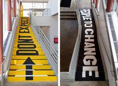 """No esperes que la gente cambie - Subiendo """"No esperes"""" y """"que la gente cambie"""", cuando se mira hacia abajo. Diseño por Sagmeister & Walsh"""