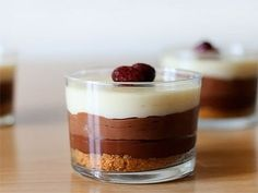 Black Forest Case in a Glass - Video Tutorial and Recipe Choco Chocolate, Chocolate Trifle, Dessert Boxes, Individual Desserts, Trifle Recipe, Cheesecake Cake, Food And Drink, Cooking Recipes, Yummy Food