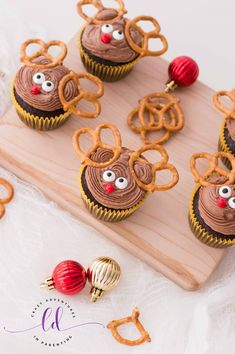 Learn how to make and decorate these fun and easy Reindeer Cupcakes with this easy Reindeer Cupcakes Recipe for the holidays! New Year's Desserts, Christmas Desserts Easy, Cute Desserts, Christmas Recipes, Simple Christmas, Holiday Recipes, Christmas Decor, Christmas Holidays, Xmas