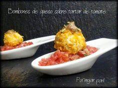 ¡Toma ya!: bombones de queso azul rebozados en maíz frito y salsa de anchoas sobre tartar de tomate