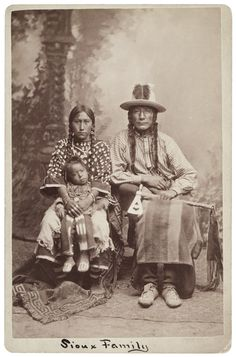 Photographs of American Indians : Crooked Face Wife and Son - Crow Native American Images, Native American Beauty, American Indian Art, Native American Tribes, Native American History, American Symbols, Sioux, Crow Indians, Native Indian